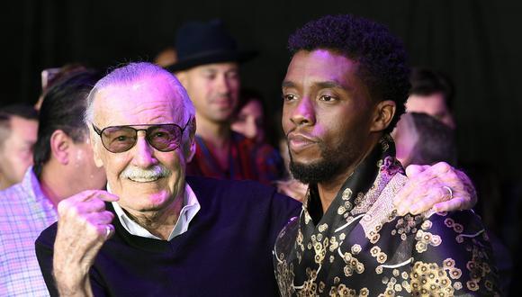"""Stan Lee, creador de """"Black Panther"""" posa con el actor que interpreta al superhéroe de Marvel Chadwick Boseman, durante la premiere de la película el pasado 29 de enero de 2018 en Los Angeles. (Foto: AP)"""