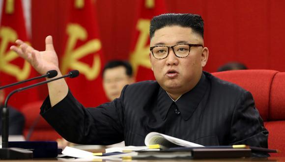 """El líder norcoreano Kim Jong-un reconoció que la situación alimentaria de su país es """"tensa"""", informó este miércoles la prensa estatal, sonando las alarmas en un país que sufrió una devastadora hambruna en los años 1990 que dejó cientos de miles de muertos. (Foto: KCNA vía AP)"""