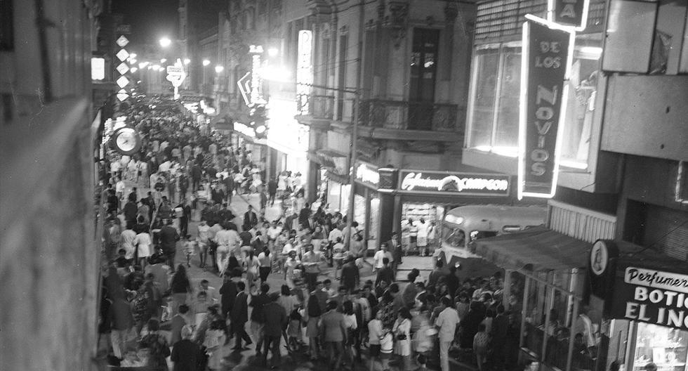 20 de diciembre de 1969. En vísperas de la Navidad los limeños abarrotan las tiendas comerciales del Centro de Lima. (El Comercio)<br>