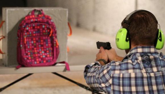 Tras el tiroteo de Sandy Hook muchas empresas se han dedicado a crear mochilas a pruebas de balas. (Foto: Getty Images).