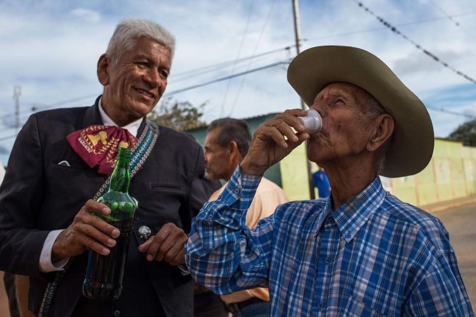 Desde entonces este hombre dicharachero, con 25 hijos y 103 nietos, depuró el proceso y alegra los ratos de ocio de paisanos como Nelson Vargas. (AFP)