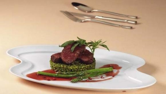 Lomo de alpaca con risotto verde de trigo y salsa de pimienta molle