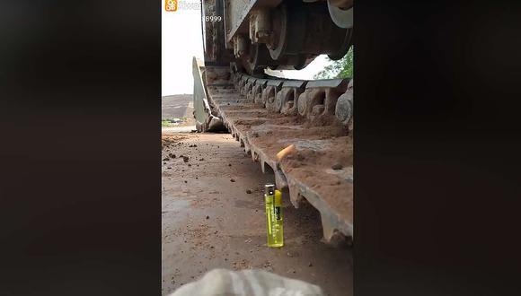 Su precisión no es casualidad, pues logra mantener el encendedor prendido varios segundos y lo apaga sin botarlo al suelo. (Foto: Facebook)