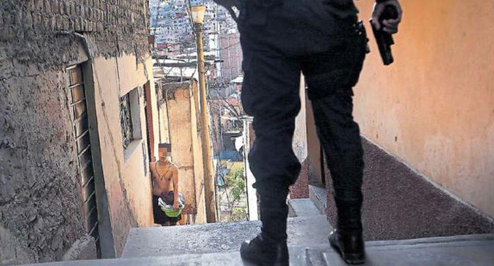 La policía, con sus armas rastrilladas, busca a tres delincuentes entre los callejones del cerro El Pino. Los hampones también están armados, pero saben donde esconderse. (Foto: Rolly Reyna / El Comercio)