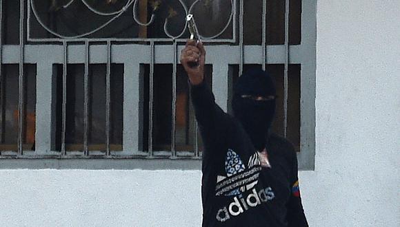 Venezuela: Disidentes de las FARC entrenaron a colectivos chavistas presentes en la frontera con Colombia, según InSight Crime. En la imagen, un colectivo chavista reprimiendo en Táchira. (Foto: AFP).