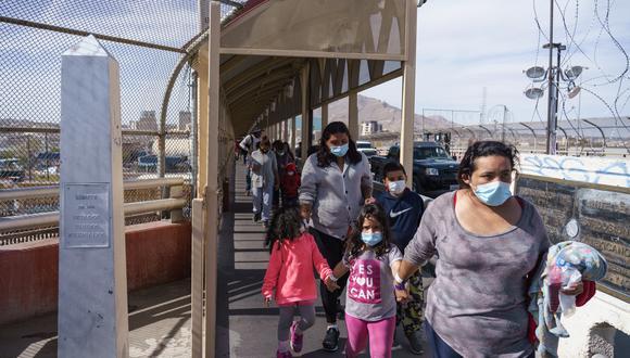 Los migrantes que cruzaron a Estados Unidos en el Valle del Río Grande y fueron trasladados en avión a El Paso, Texas, son expulsados a México, visto desde Ciudad Juárez. (Foto: Paul Ratje / AFP).
