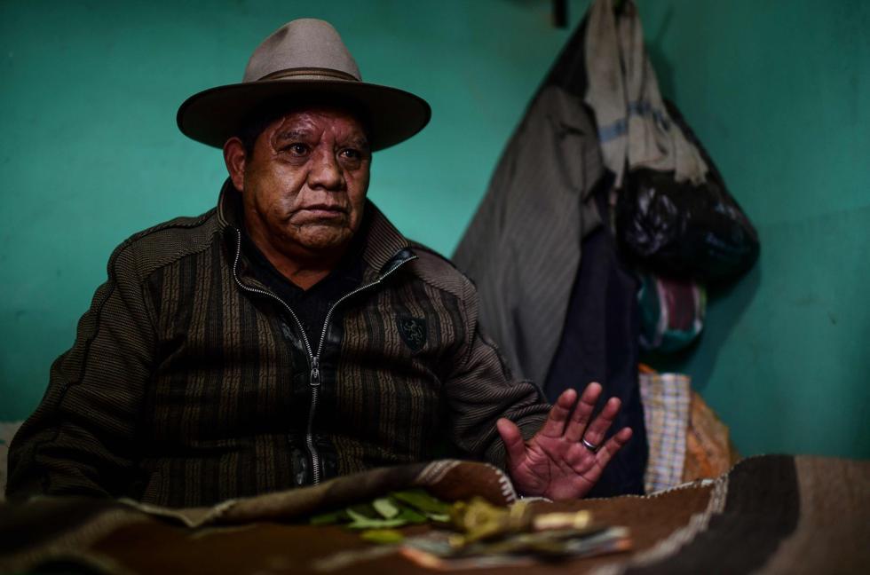 Imagen del chamán boliviano Don Juan Tres Estrellas en El Alto, Bolivia, el 15 de octubre de 2020.  Los aymaras se lanzan para predecir el resultado de las elecciones del 18 de octubre en el país. (AFP / RONALDO SCHEMIDT).