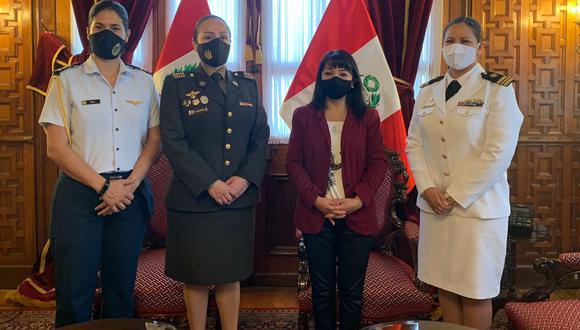 Mirtha Vásquez con edecanas. (Foto: Congreso)