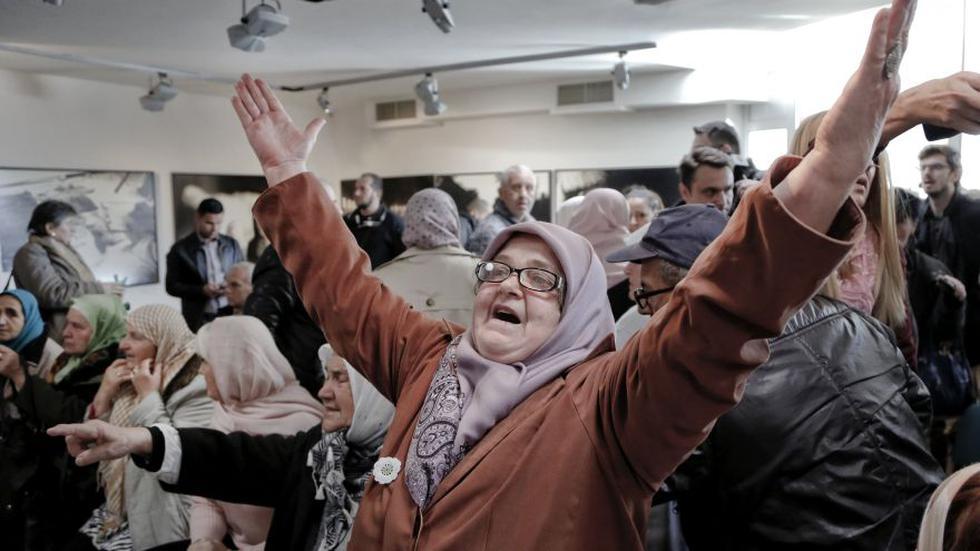Las madres de Srebrenica aplaudieron, lloraron y se abrazaron cuando el juez de La Haya anunció la condena de Ratko Mladic a cárcel perpetua por genocidio. (Foto: AFP)