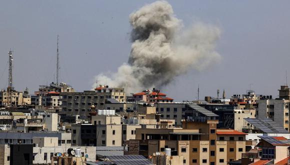 El humo surge de un edificio en el distrito residencial Rimal de la ciudad de Gaza el 20 de mayo de 2021, durante el bombardeo israelí en el enclave controlado por Hamas. (MAHMUD HAMS / AFP).