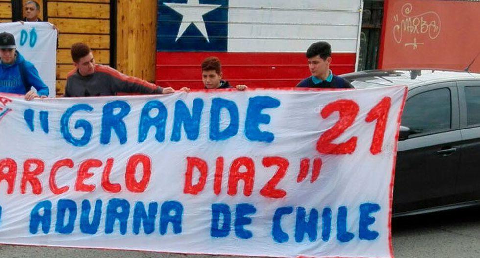 Varios aficionados se acercaron a los entrenamientos de Chile en Juan Pinto Durán para hacer sentir su insatisfacción por la ausencia de Marcelo Díaz. (Foto: La Tercera)