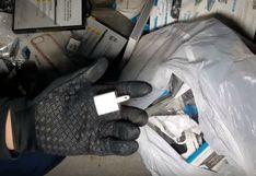 Jóvenes revisan en basurero de tienda de celulares y hacen increíble descubrimiento que se vuelve viral