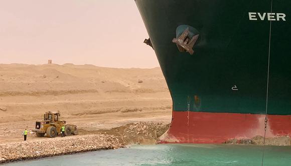 Una imagen distribuida por la Autoridad del Canal de Suez el 24 de marzo de 2021 muestra una parte del MV Ever Given (Evergreen), propiedad de Taiwán. (AFP).