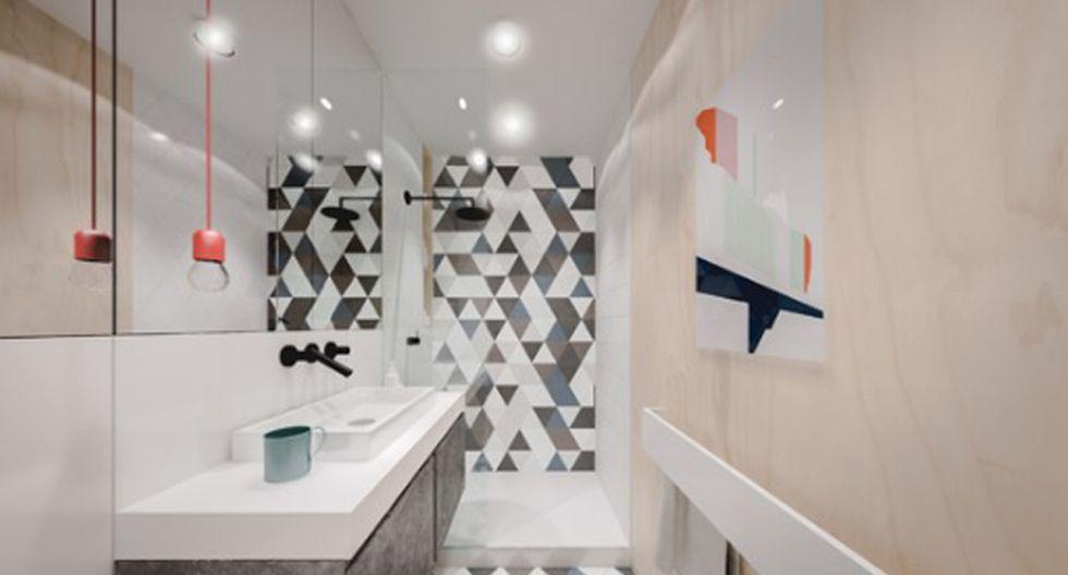 El baño presenta un look moderno gracias a que el muro de la ducha está revestido con mosaicos hidráulicos. Los espejos de pared a pared permiten  crear profundidad. (Foto: Piotr Matuszek)