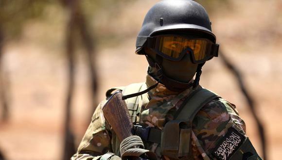 Un combatiente sirio participa en un entrenamiento de combate con tropas del régimen sirio en la provincia de Idlib. (AFP / OMAR HAJ KADOUR).