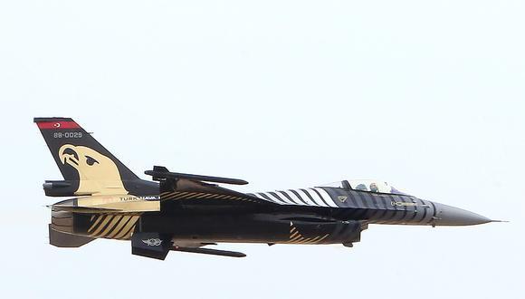 Una foto de archivo tomada el 17 de enero del 2018 muestra un avión turco F-16 durante un espectáculo de aviación en Kuwait. Las fuerzas turcas derribaron dos aviones de guerra sirios sobre el noroeste de Siria el 1 de marzo del 2020. (AFP / YASSER AL-ZAYYAT).
