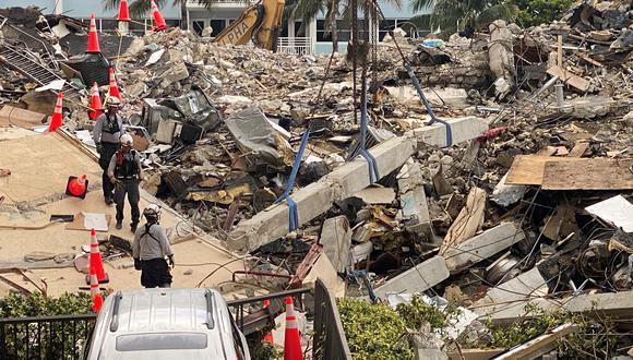 Miembros del equipo de rescate de Florida continúan su labor. (Foto: Reuters)