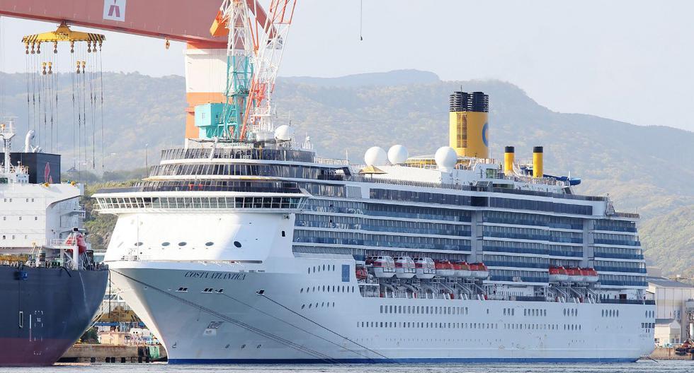 En esta imagen tomada el 22 de abril de 2020, el crucero Costa Atlantica está atracado en un puerto en Nagasaki, donde las autoridades locales han confirmado casos de coronavirus. (STR / JIJI PRESS / AFP)