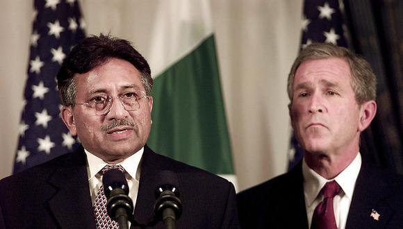 Pervez Musharraf y George W. Bush en una imagen del 10 de diciembre del 2001 en Nueva York. (AFP).