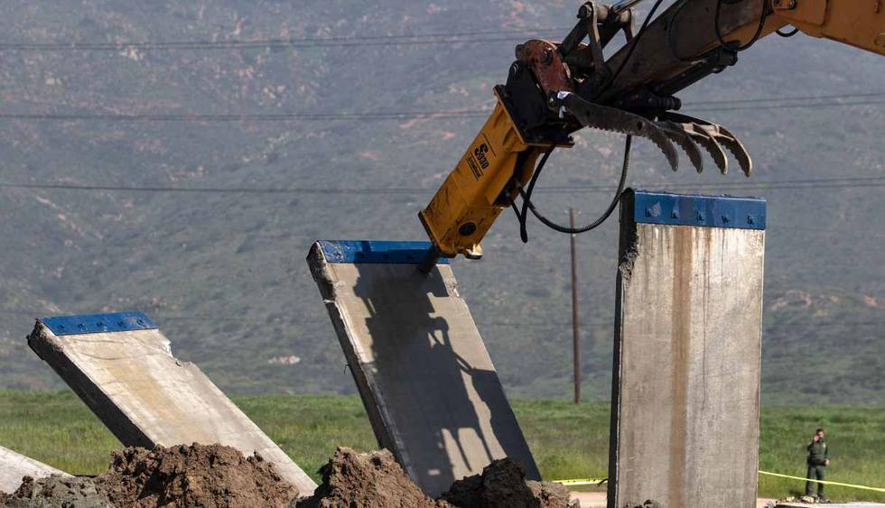 Un prototipo de muro fronterizo se derribó en la frontera de EE.UU. y México, visto desde Tijuana, estado de Baja California, México. (Foto: AFP)