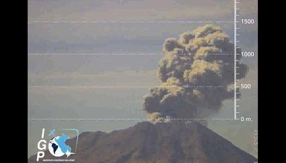 El volcán Ubinas tuvo esta fuerte explosión hoy [Video]