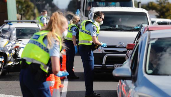 La policía vigilaba un bloqueo de carretera en las afueras de Auckland cuando esa ciudad pasó al nivel de alerta 3 de COVID-19, el miércoles 12 de agosto. Las autoridades sanitarias de Nueva Zelanda estaban luchando para rastrear la fuente de un nuevo brote. (Foto: AP)