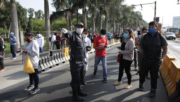 Policías realizan operativo durante el aislamiento social obligatorio en Lima, Perú. (Foto: Anthony Niño de Guzmán/ GEC)
