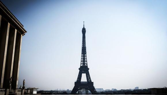 Francia: La Torre Eiffel reabrirá al público este 25 de junio. El número de visitantes será limitado en la explanada y en los pisos, además, se establecerá un sentido de circulación, con subidas por la escalera Este y bajadas por la escalera Oeste. (AFP / STEPHANE DE SAKUTIN)