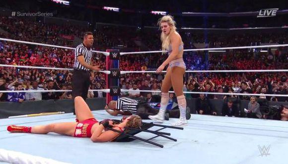 WWE Suvivor Series 2018: Charlotte Flair fue descalificada y luego masacró a Ronda Rousey con todos los objetos que encontró en ring side (Foto: WWE).