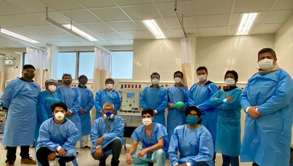 En la imagen, se puede observar al equipo de especialistas responsable del ventilador Fénix, junto a  trabajadores del Hospital Emergencia Ate Vitarte. Este avance ayudará a pacientes con COVID-19 hospitalizados.  (Foto: UNI)