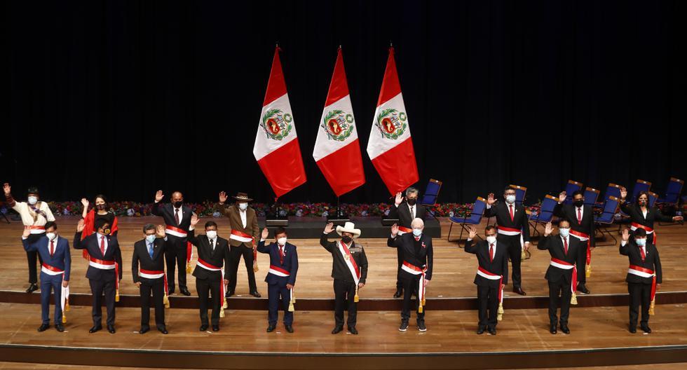 La mayor parte del gabinete juró el jueves pasadas las 11 p.m., más de dos horas después de lo programado. La noche del viernes, el presidente Castillo tomó juramentó de otros dos ministros (MEF y Justicia) para completar el equipo del Ejecutivo. (Foto: Presidencia)