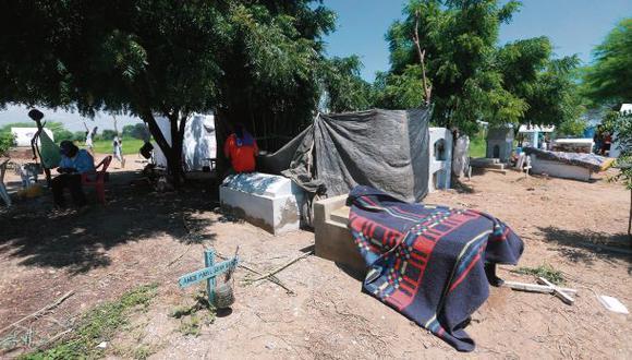 Lluvias en Piura: 100 familias viven en cementerio de Catacaos