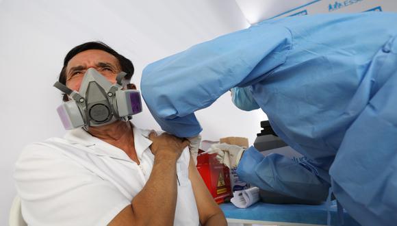 Los profesionales de la salud fueron los primeros en recibir las dosis de la vacuna contra el COVID-19. (Foto: Seguro Social)
