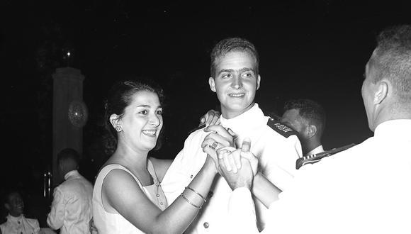 El joven príncipe de Asturias se divierte en una de las veladas nocturnas que vivió en Lima, en marzo de 1958. A sus 20 años, el mundo entero le sonreía. Pese a ello, ese viaje no fue apacible. Hubo contratiempos y hasta una tragedia. (Foto: GEC Archivo Histórico).