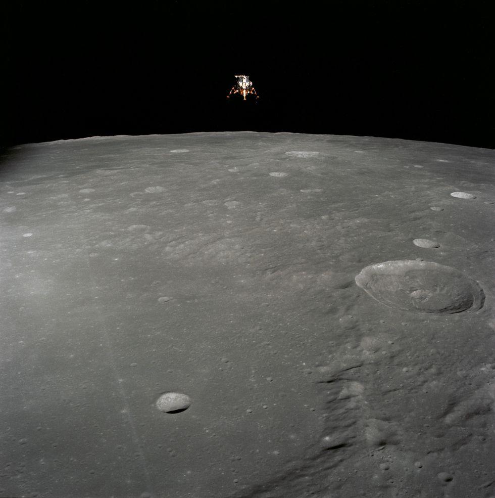 El módulo lunar de la misión Apolo 12 sobrevolando la Luna. (NASA)
