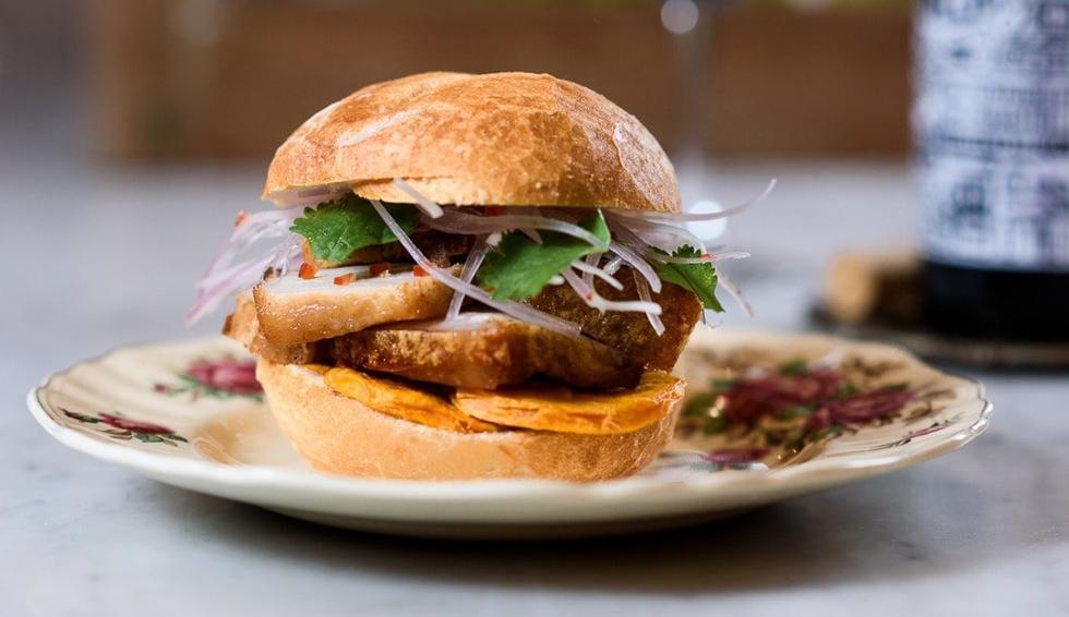La taberna mirafloriana cuenta con sánguches como el pan con chicharrón (S/17), el bao de chiasu (S/20) y el pulled pork (S/24). También ofrecen salchipapas (S/28). Pedidos: 301-4726 / 94620-7656. Horario: de 8:30 a.m. a 4:30 p.m. (Foto: Porcus)