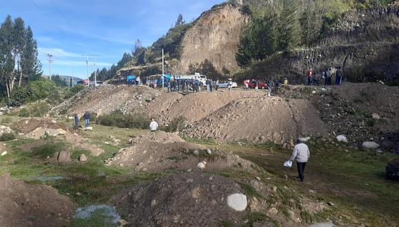 Conductores trataron de remover los montículos de tierra y piedras que cayeron del talud, sin embargo no tuvieron éxito y se quedaron a la espera del equipo de emergencia (Foto: SSN WEB)