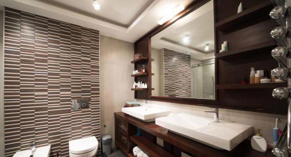 Adhiere papel decorativo en la pared del baño de visita que consideres más importante. Elije entre modelos modernos, como los geométricos y lineales; o los clásicos que tienen orlas y flores. (Foto: Shutterstock)
