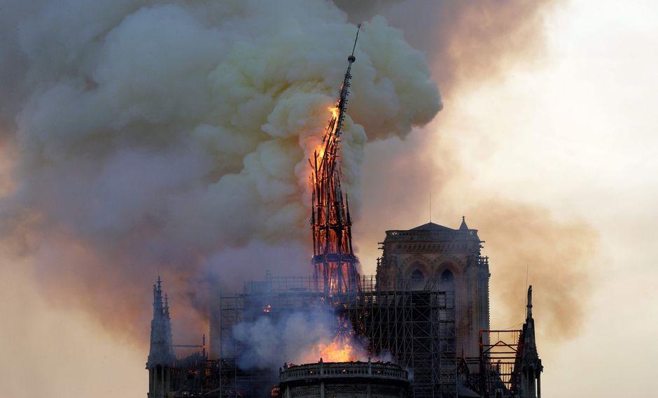 Francia lanza un concurso internacional para reconstruir la aguja de Notre Dame, destruida por el incendio que se desató el lunes. (AFP).