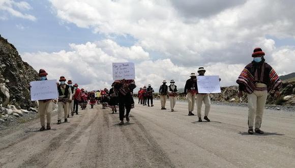 Las personas protestaron en la ruta por donde transitan los vehículos con los minerales. (Foto: Carlos Peña)