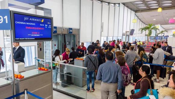 Dos personas con armas falsas desatan ola de pánico en aeropuerto parisino