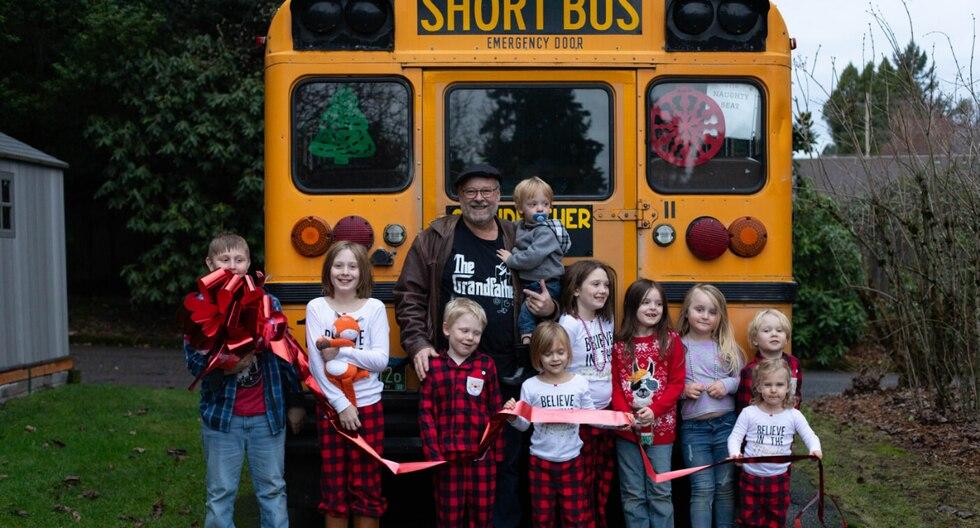 Un abuelo sorprendió a sus nietos al comprar un autobús para llevarlos a la escuela cada mañana. (Foto: Amy Hayes en Facebook)