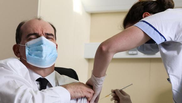 El primer ministro Jean Castex, de 55 años, reacciona al ser vacunado con la vacuna AstraZeneca COVID-19 en el Hopital d'Instruction des Armees Begin, en Saint-Mande, en las afueras de París, el 19 de marzo de 2021. (Foto: Thomas Coex/ AFP)