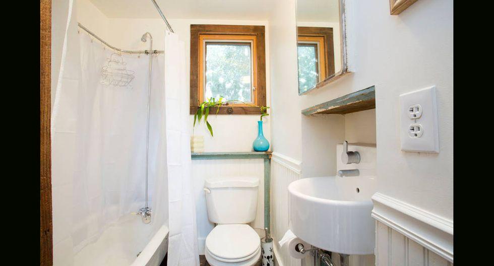 En el baño toma el protagonismo el color blanco.(Foto: Airbnb)