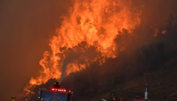 Los bomberos combaten un incendio forestal impulsado por el viento en las colinas de Canyon Country, al norte de Los Ángeles. (Reuters)