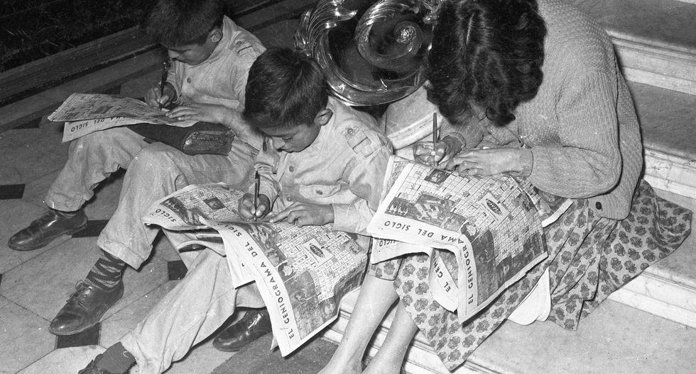 El 24 de octubre de 1963, niños y adultos resuelven el Geniograma del Siglo en El Comercio. (Foto: Archivo Histórico El Comercio)