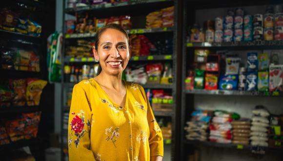 Lisa Bravo (53) nació en Ancash y llegó a Lima a los 20 años. Empezó su sueño de una bodega con solo una mesa y una vitrina ubicados en el garaje de su casa. Hoy todo Valdivieso (San Martín de Porres) conocen su negocio. Gracias a su bodega, ha podido mandar a sus tres hijos a la universidad. El menor entró a la UNI a la primera.