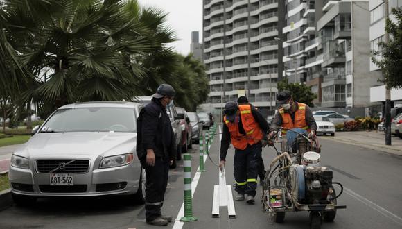 El último fin de semana, la municipalidad de Miraflores inició la colocación de elementos de seguridad para la ciclovía a la altura del estadio Manuel Bonilla. (Foto: Joel Alonzo/GEC)