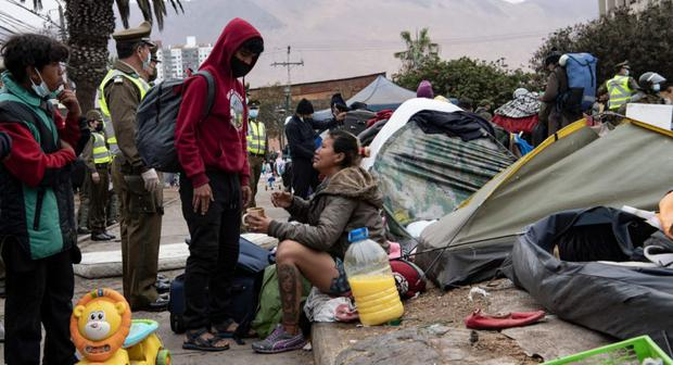 Immigrants react when they are evicted from Plaza Brazil in Iquique, Chile.  (Photo: Martin Bernetti / AFP)