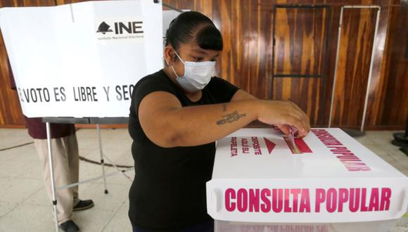 Una mujer participa en la consulta popular 2021 sobre juicios a expresidentes mexicanos en Guadalajara (México). (Foto: EFE/ Francisco Guasco).
